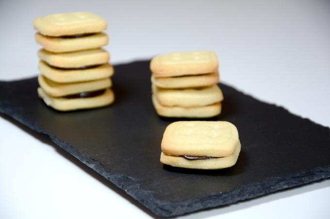 Galletas botón con crema de chocolate