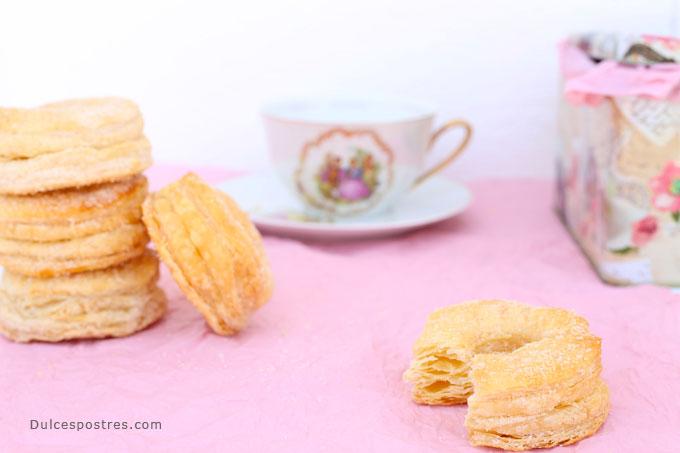 rosquillas de hojaldre en mesa