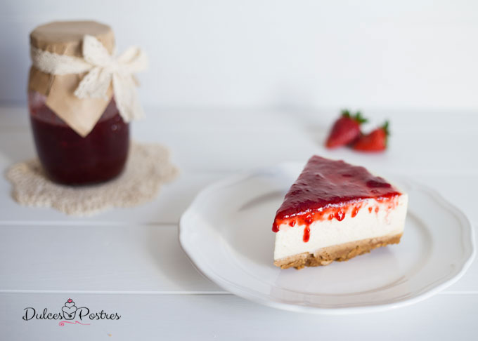 Porción la tarta de queso fría con mermelada de fresa