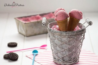 Presentación de helado casero con ciruelas rojas