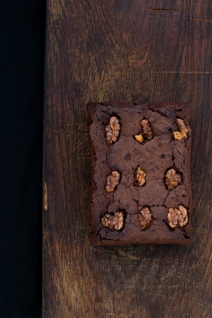 Presentación de brownie de chocolate con nueces