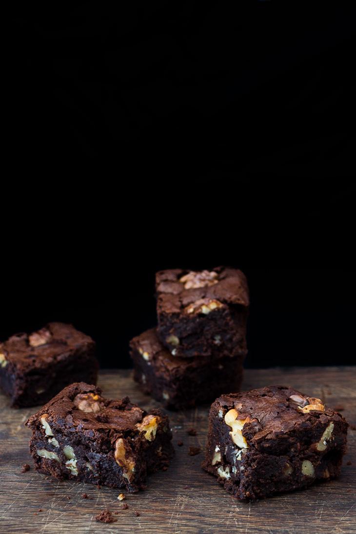 Cuadrados de brownie de chocolate y nueces