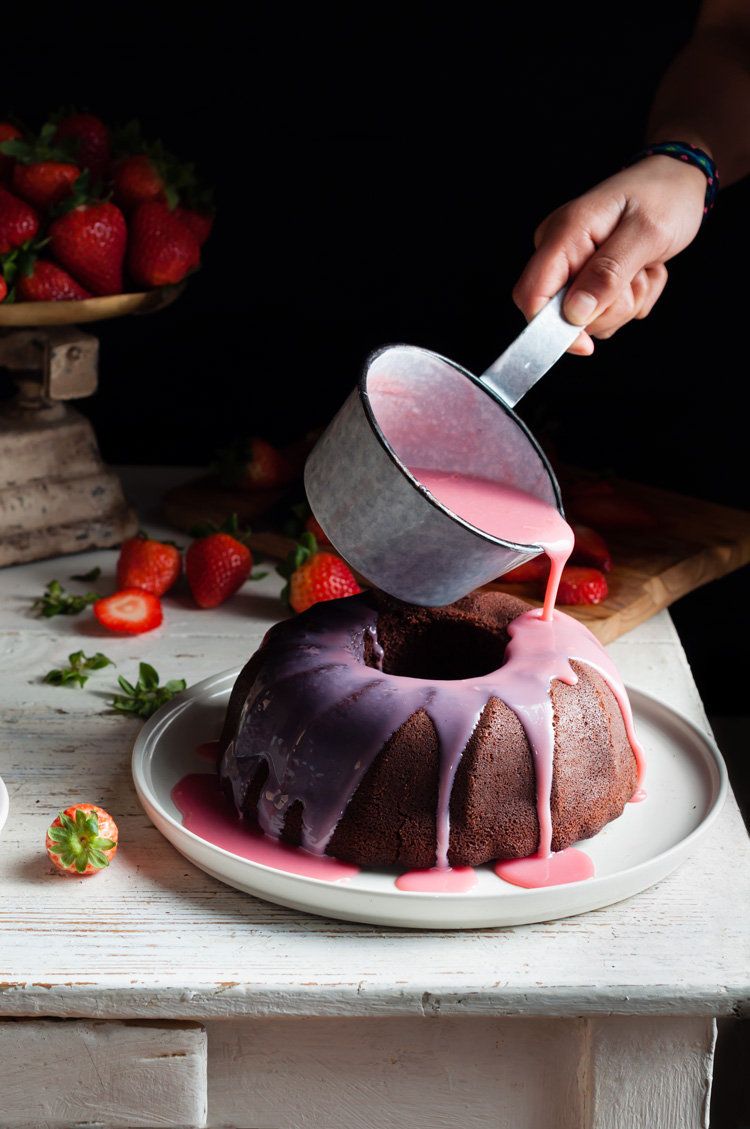 Bundt cake de fresas y chocolate